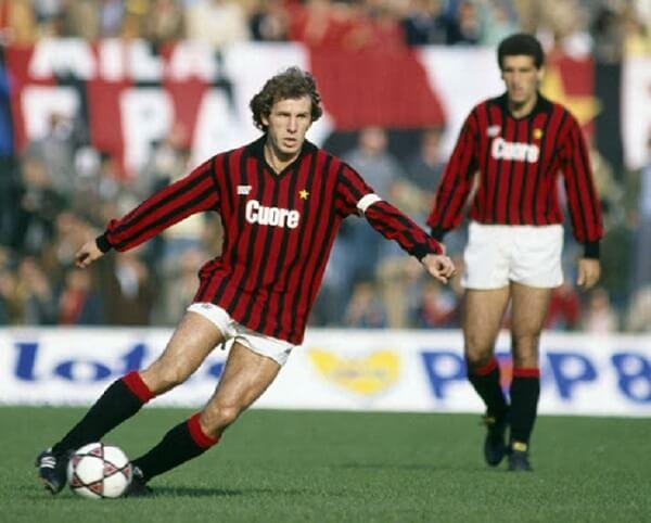 Libero bóng đá là từ dùng để chỉ cầu thủ thi đấu tự do ở vị trí trung vệ hoặc hậu vệ